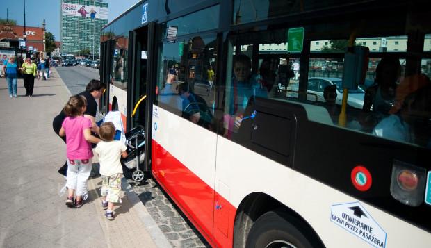 Pasażerowie z wózkami dzielą zwykle miejsce w pojeździe komunikacji miejskiej z rowerzystami.