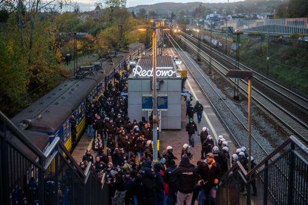 Obecność policji tylko na peronie w Redłowie - zdaniem naszego czytelnika - była niewystarczająca. Na zdjęciu kibice i policja podczas ubiegłorocznych derbów w Gdyni.