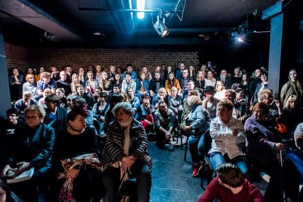"""Teatr Gdynia Główna pękał w szwach, a osoby, które nie zmieściły się w głównej sali, przysłuchiwała się """"dziadom"""" z sali obok."""