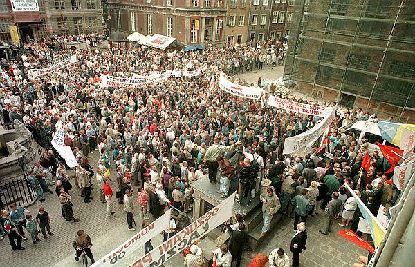 Manifestacja przed Dworem Artusa na Długim Targu w Gdańsku, przeciwko odwołaniu ówczesnego wojewody gdańskiego Macieja Płażyńskiego. Lipiec 1996 r.