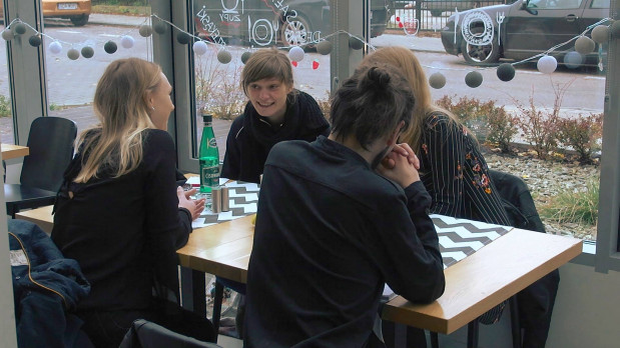 """Serial """"Cafe NGO"""" opowiada o grupce przyjaciół, którzy spotykają się w tytułowej kawiarni. Oprócz pracy, nauki i miłosnych rozterek mianownikiem wspólnym dla wszystkich jest społeczna działalność i chęć pomagania innym."""