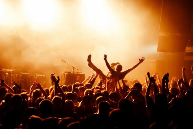 Niektóre zachowania współuczestników koncertu są nie tylko nieprzyjemne, ale też niebezpieczne.
