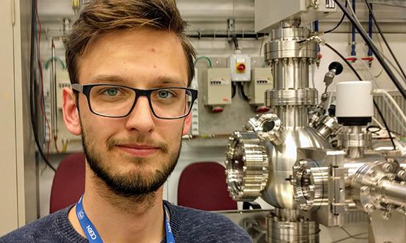 Michał przez pół roku będzie pracował w zespole, który zajmuje się badaniem powierzchni materiałów objętościowych i wytwarzanych na nich cienkich warstw.