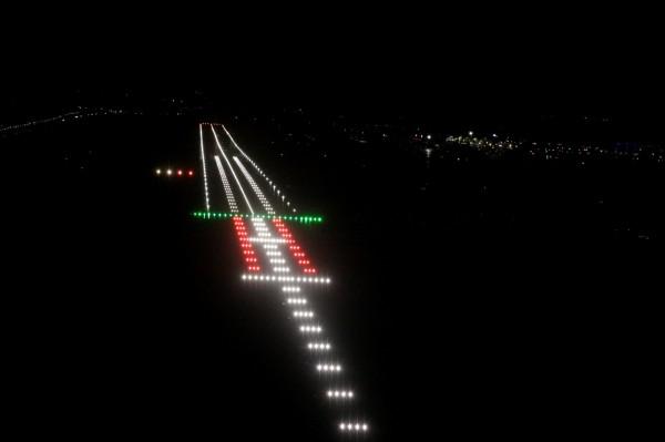 Tak wygląda oświetlenie pasa startowego i drogi podejścia na lotnisku w Gdańsku, które ma obecnie system ILS kategorii II.