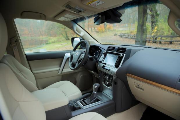 Stonowane wnętrze nowego Land Cruisera.