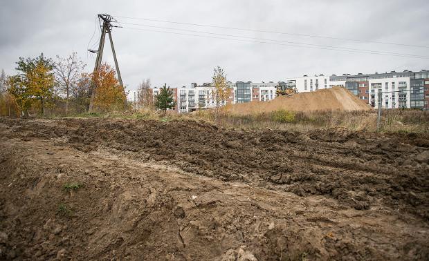 Mieszkańcy zastanawiają się, jak długo potrwają roboty budowlane na działce miedzy dużymi osiedlami.