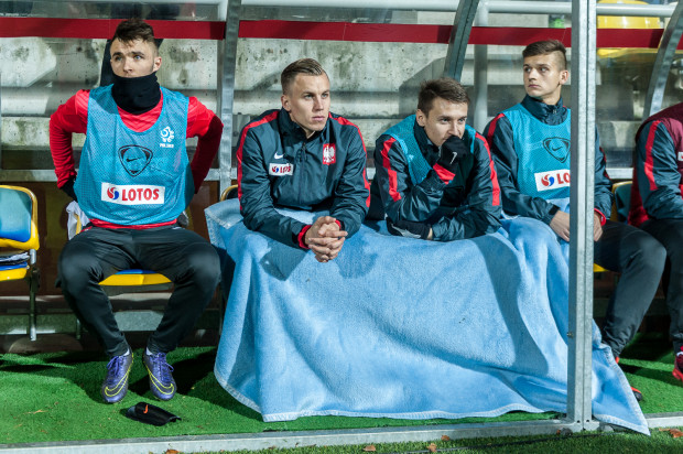 Mecz młodzieżowych reprezentacji sprzed dwóch lata w Gdyni. Na ławce rezerwowych m.in. Paweł Stolarski (drugi z lewej) i Przemysław Frankowski (drugi z prawej), który już zadebiutował na zgrupowaniu seniorskiej kadry.