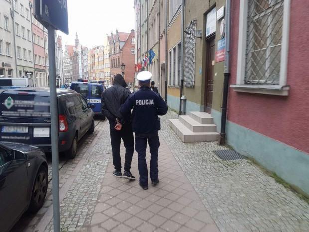 Policjanci uniemożliwili mężczyźnie dalszą jazdę i zatrzymali go.