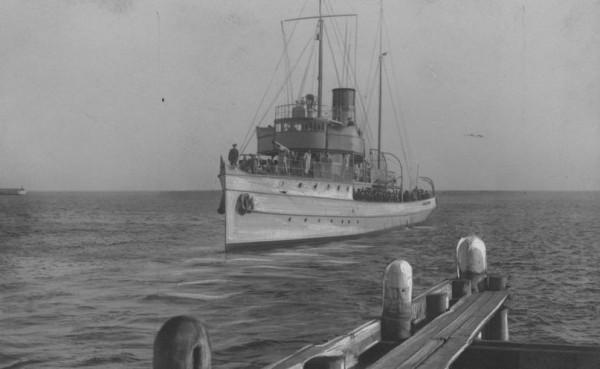"""Kanonierka ORP """"Generał Haller"""" podczas wejścia do portu w Gdyni. Jerzy Kłossowski dowodził nią od kwietnia 1927 do czerwca 1928 r."""