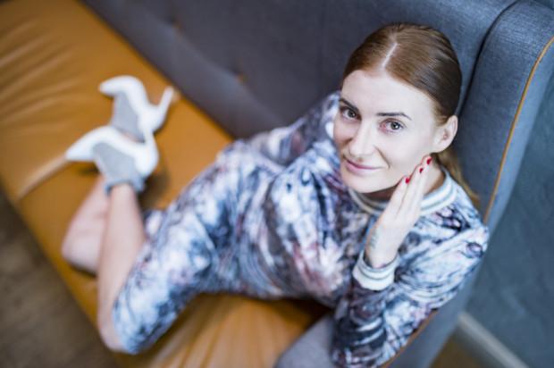 Karolina Kalska stworzyła markę Kalska, która proponuje nieszablonowe ubrania dla kobiet.  Zdjęcia wykonane zostały w Restauracji Przystanek Orłowo.