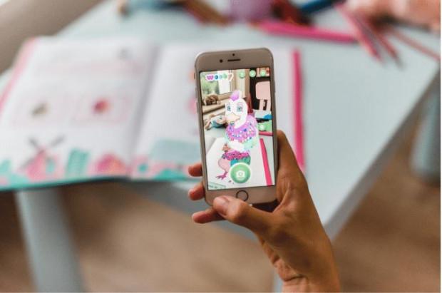 Dzięki aplikacji kompatybilnej z kolorowanką możemy zobaczyć na ekranie telefonu kolorowego zwierzaka w 3D.
