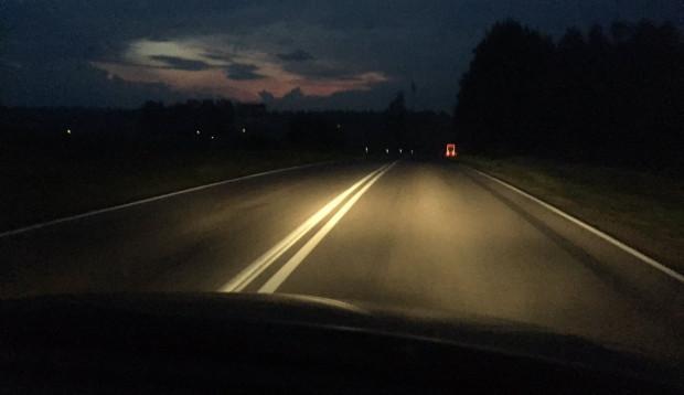 Podczas nocnej jazdy kierowca widzi to, co jest przed nim na odcinku ok. 70 m. Dalej widoczne są już tylko elementy odblaskowe.