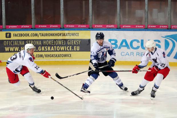 Michał (z lewej) i Maciek Rybak (z prawej) na zdjęciu w barwach SMS Katowice walczą z Adamem Skutchanem z MH Automatyki. Bliźniacy mają nadzieję, że od teraz będą występować razem z nim w gdańskich barwach.
