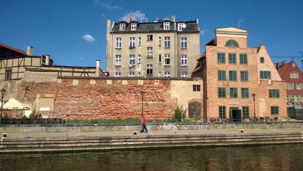 Widoczny na zdjęciu fragment ceglanego muru przy ul. Wartkiej to jedyna pozostałość po zamku krzyżackim w Gdańsku, który został zburzony w połowie XV stulecia.