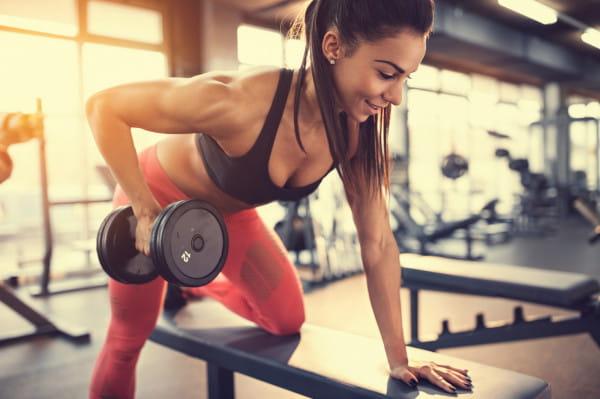 Kosmetyki dla sportowców charakteryzują się dużą wytrzymałością, odpornością na pot, często składają się z naturalnych składników, które pozwalają skórze oddychać.