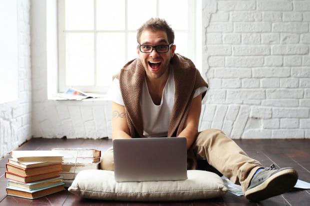 Na poczucie szczęścia w pracy wpływają nie tylko zarobki, ale też współpracownicy, możliwości rozwoju i dojazdy.