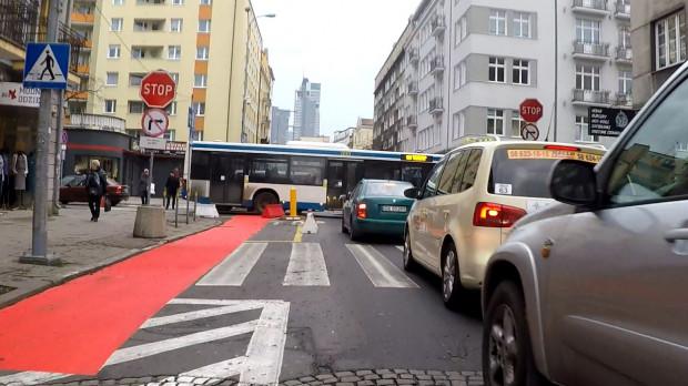 Na tym skrzyżowaniu kierowcy i piesi już teraz muszą mieć się na baczności, bo samochody osobowe jadą w jedną stronę, a autobusy w drugą. Są też dwa przejścia dla pieszych, a dojdzie jeszcze przejazd rowerowy.