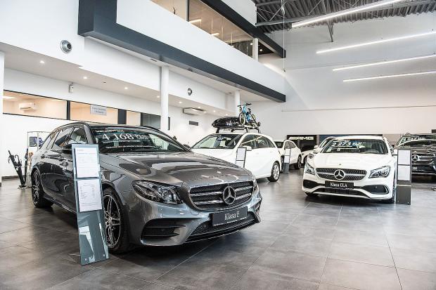 Pod koniec roku w trójmiejskich salonach samochodowych sypnęło rabatami. Nowe modele z rocznika można nabyć z upustem w wysokości kilkudziesięciu tysięcy złotych.