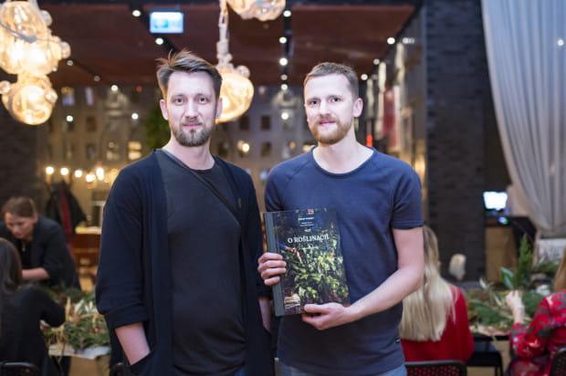 """Podczas targów """"Oko na Trójmiasto"""" odbyła się prapremiera książki """"O roślinach"""". Na zdjęciu autorzy - Radek Berent i Łukasz Marcinkowski z Kwiaciarni Kwiaty&Miut."""