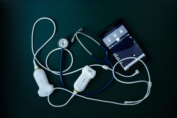 Dziś podczas stawiania diagnozy lekarz rodzinny może posiłkować się badaniem USG, również podczas wizyty w domu pacjenta. Na zdj. stetoskop praz podłączane do smartfona bądź tabletu głowice USG, nazywane przez lekarzy rodzinnych stetoskopem XXI wieku.