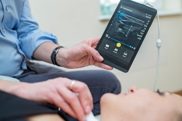 W tym roku podczas koncertu zbierano fundusze na zakup mobilnych głowic USG, dzięki którym, po podpięciu do tabletu bądź smartfona, można wykonać badanie nawet podczas wizyty domowej, przy łóżku pacjenta czy na sali operacyjnej. Na zdj. dr Mateusz Kosiak, badający pacjentkę właśnie przy wykorzystaniu takiego sprzętu.