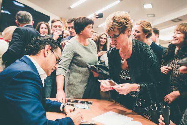 Po koncercie fani Juana Diego Floreza ustawili się w długiej kolejce po autografy.