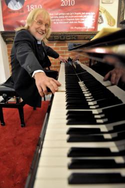 W Szymbarku odbył się koncert na największym fortepianie świata - monstrum ważącym 2 tony i mierzącym ponad 6 metrów.