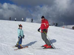 Bezpieczeństwo to podstawa na narciarskim stoku. Dlatego na początek warto skorzystać z usług wykwalifikowanego instruktora.