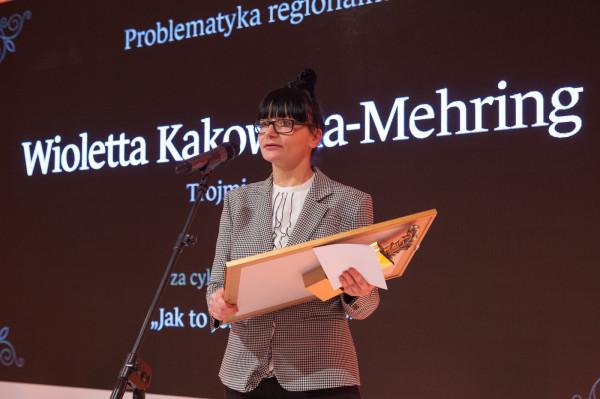 Wioletta Kakowska-Mehring odbiera nagrodę w konkursie im. Władysława Grabskiego, zorganizowanym przez Narodowy Bank Polski.