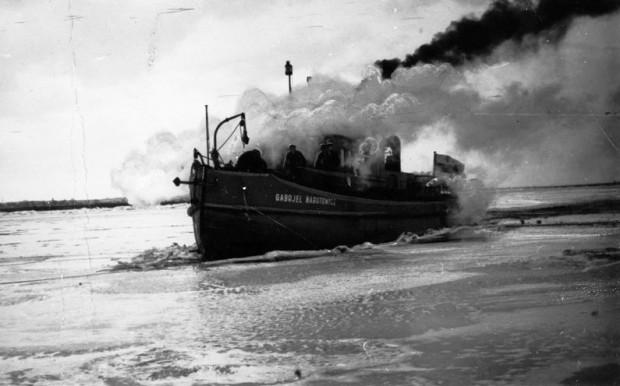 """Lodołamacz """"Gabriel Narutowicz"""" podczas usuwania lodu na Wiśle, na wysokości Tczewa. Rok 1936."""