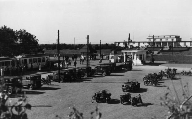 Pętla tramwajowa i parking przy głównym wejściu na kąpielisko na Stogach, lata 30. Widać biały budynek stacji benzynowej Standard.