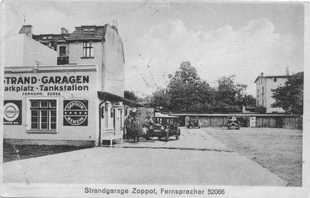 Zespół garaży (do wynajęcia) z własną stacją benzynową oferującą paliwa Dapolin, niedaleko słynnego Kasino-Hotelu (dziś Sofitel Grand Hotel Sopot), lata 30.