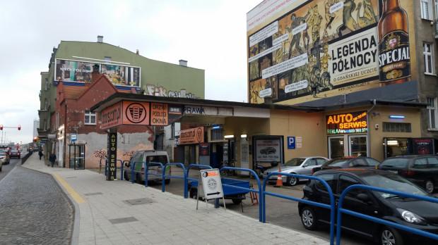 Al. Grunwaldzka i ślepy koniec ul. Dekerta we Wrzeszczu. Kiedyś mieściła się tu stacja paliw Standard, a dziś warsztat samochodowy i sklep z drzwiami.