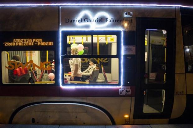 Mikołajkowy tramwaj będzie można rozpoznać po  podświetlonym oknie.