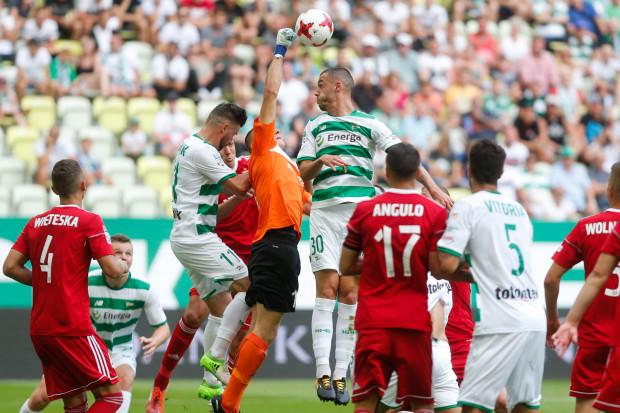 Piłkarze Lechii Gdańsk w najbliższej kolejce zagrają o punkty w Zabrzu, a klub tłumaczy się przed Komisją ds. Licencji Klubowych PZPN, aby nie stracić części dotychczasowej zdobyczy.