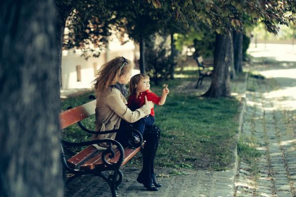 """W Polsce opiekunki do dziecka często pracują """"na czarno"""". Dofinansowując składki rząd chce zachęcić rodziców do podpisywania umów, dzięki czemu czas spędzony z małym podopiecznym będzie się niani liczył do renty czy emerytury."""