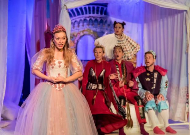 W końcu przed królewskie oblicze trafia księżniczka Pirlipatka (Sylwia Drzycimska), robiąc wrażenie na wszystkich zgromadzonych.