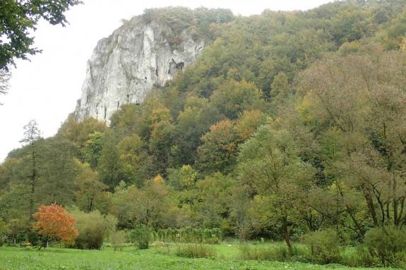 Wśród skał górujących nad Doliną Będkowską znajduje się także Dupa Słonia