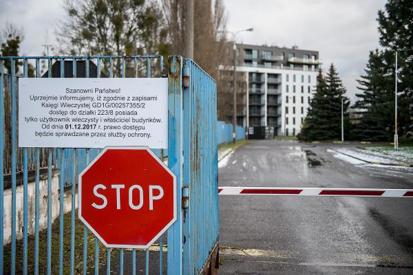 Taka informacja czeka na mieszkańców chcących przejechać przez tereny TVP do swoich mieszkań.