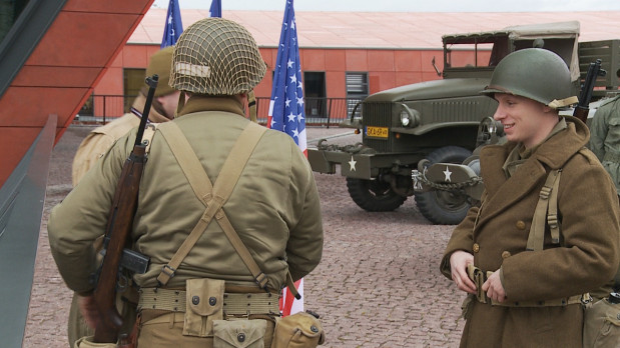 Rekonstruktorzy przybliżyli odwiedzającym umundurowanie amerykańskich żołnierzy, a także pojazdy militarne armii Stanów Zjednoczonych.