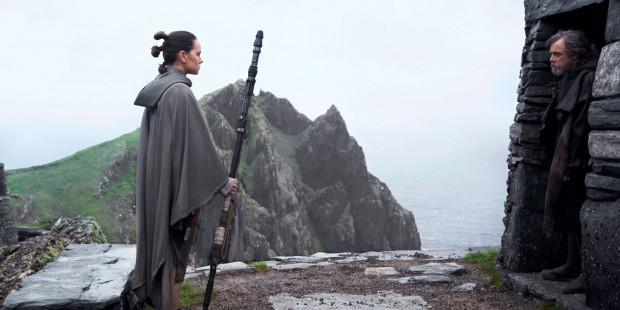 """""""Ostatni Jedi"""" to oczywiście wciąż kosmiczna saga na najwyższych obrotach, dopieszczona wizualnie i zaskakująco pod kątem fabularnych rozwiązań. Jednocześnie to zawoalowana opowieść o odpowiedzialności, dojrzewaniu, poświęceniu i trudnej sztuce dokonywania wyborów. Nie tylko pomiędzy jasną a ciemną stroną Mocy."""