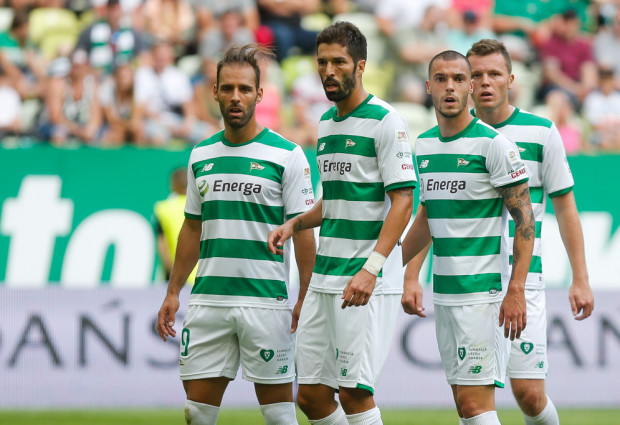 Mateusz Matras (pierwszy z prawej) w trakcie sezonu spychany był coraz dalej w hierarchii Lechii Gdańsk. Defensywny pomocnik już ogłosił, że szuka nowego klubu. Jednak rozczarowanych jest co najmniej 10 zawodników.
