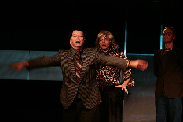 """""""Farsa z Walworth"""" to teatr w teatrze. Nawet Denis (Krzysztof Matuszewski, na pierwszym planie), który jako jedyny nie wciela się w nikogo innego, nie zawsze jest sobą."""