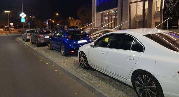 Tak podczas jednego z listopadowych spektakli wyglądał chodnik przy Teatrze Muzycznym w Gdyni, choć parkowanie było tam zakazane.