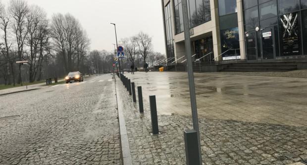 Słupki ograniczają też parkowanie na całej długości Armii Krajowej, nawet przed samym wejściem do Teatru Muzycznego.