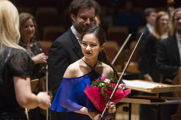 Koreańska skrzypaczka Bomsori Kim może nie najlepiej wspominać swój koncert w Gdańsku. Nie dość, że kazano jej występować w zimnym o tej porze roku kościele, w ostatniej chwili zmieniono miejsce imprezy, to przyszło jej występować dla publiczności w większości gustującej w innego rodzaju muzyce, w dodatku w sali zapełnionej jedynie w 1/3.