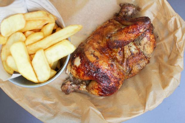 W Pollo Loco trzeba spróbować przede wszystkim kurczaka pieczonego w piecu opalanym drewnem na sposób peruwiański. Smaku dodają mu specjalnie sprowadzane przyprawy z Peru.