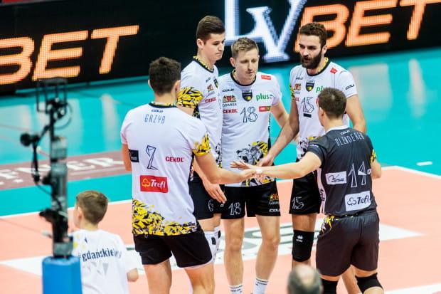Gdańscy siatkarze notują dobry początek sezonu w Plus Lidze. Wysoko poprzeczkę zawiesili im kibice, którzy sami spisali się na medal w obliczu problemów klubu po utracie sponsora.
