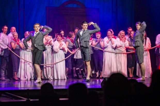 """Chór dobrze wypada podczas triumfalnego powrotu torreadora (""""Les voici! Voici la quadrille!"""") z opery """"Carmen""""."""