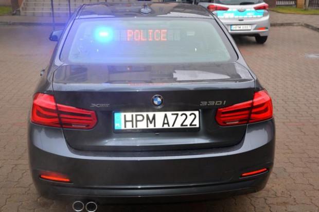 """Wyświetlany na tylnej szybie komunikat """"policja"""" i błyskające niebieskie światła mogą oznaczać dla zatrzymanego kierowcy tylko jedno... kłopoty."""
